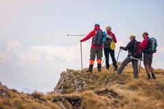 Groupe de touristes avec des sacs à dos sur une traînée de montagne photo libre de droits