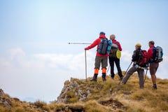 Groupe de touristes avec des sacs à dos sur une traînée de montagne photos stock