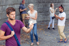 Groupe de touristes avec des téléphones Photos libres de droits