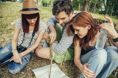 Groupe de touristes en nature utilisant la carte Image libre de droits