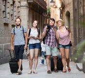 Groupe de touristes européens marchant la rue Images libres de droits