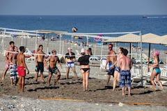 Groupe de touristes jouant le volleyball de plage Photos libres de droits