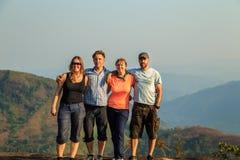 Groupe de touristes sur un dessus de montagne Photos libres de droits