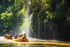 Groupe de touristes transportant par radeau dans des canots en caoutchouc Photos libres de droits