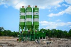 Groupe de traiter des silos d'une usine concrète Images libres de droits