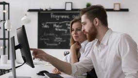 Groupe de travail créatif d'hommes d'affaires pour Team Plan réussi dans le bureau moderne