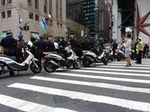 Groupe de travail de scooter de NYPD, rassemblement d'Anti-atout, NYC, NY, Etats-Unis Image libre de droits