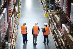 Groupe de travailleurs dans l'entrepôt images stock