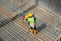 Groupe de travailleurs de la construction fabriquant la barre en acier de renfort Photographie stock