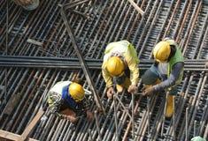 Groupe de travailleurs de la construction fabriquant la barre en acier de renfort Photos libres de droits
