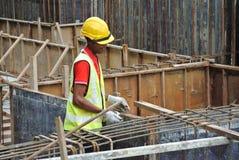 Groupe de travailleurs de la construction fabriquant la barre en acier de renfort de faisceau au sol Photo stock
