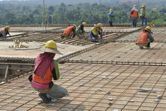 Groupe de travailleurs de la construction fabriquant la barre et le coffrage des pavés de renfort Photographie stock