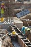 Groupe de travailleurs de la construction fabriquant le coffrage de faisceau au sol Photos stock