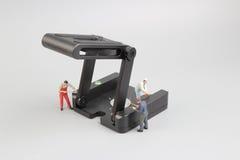 Groupe de travailleurs de la construction réparant l'outil Image stock