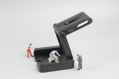Groupe de travailleurs de la construction réparant l'outil Photographie stock
