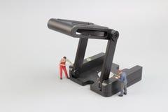 Groupe de travailleurs de la construction réparant l'outil Photographie stock libre de droits