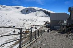 Groupe de trekkers se tenant devant le plateau Rosa en ` Aosta, Italie de Val D photos stock