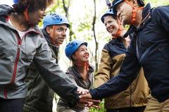 Groupe de trekking divers d'amis ensemble Photographie stock