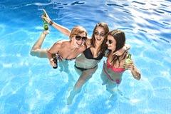 Groupe de trois amie heureux ayant le bain dans la piscine t Images stock