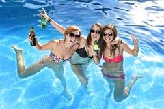 Groupe de trois amie heureux ayant le bain dans la piscine t Photographie stock libre de droits