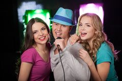 Groupe de trois amis chantant avec le microphone Photos libres de droits