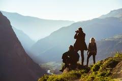 Groupe de trois amis dans la gamme de montagnes Image libre de droits