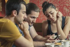 Groupe de trois amis dans un café Image stock