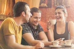 Groupe de trois amis dans un café Photos libres de droits