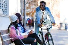 Groupe de trois amis parlant dans la rue Photographie stock libre de droits