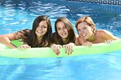 Groupe de trois heureux et beaux de jeune amie ayant la batte Photos libres de droits