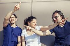 Groupe de trois jeunes amis dirigeant différentes directions Photo libre de droits