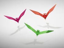 Groupe de trois oiseaux de vol dans l'origami Photos libres de droits