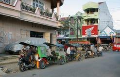 Groupe de tuk de tuk et conducteurs attendant des clients Images stock