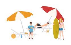 Groupe de types dans le tenue de plage se trouvant et se reposant sur des chaises longues avec des parapluies ou se tenant près d illustration de vecteur