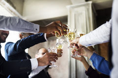 Groupe de verres de vin tintants de personnes diverses ensemble Congratul Image stock