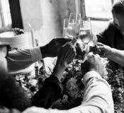 Groupe de verres de vin tintants de personnes diverses ensemble Congratul Photographie stock libre de droits