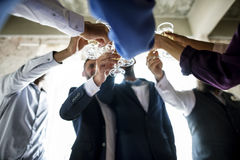 Groupe de verres de vin tintants de personnes diverses ensemble Congratul Image libre de droits