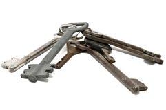 Groupe de vieilles clés rouillées, d'isolement sur le blanc Photo stock