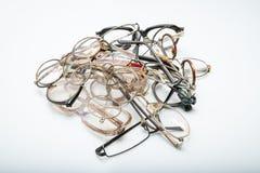Groupe de vieilles lunettes cassées sur le fond blanc Concept - remplacez vos verres anciens images stock