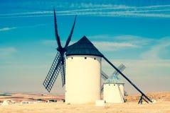 Groupe de vieux moulins à vent en Campo de Criptana Images stock