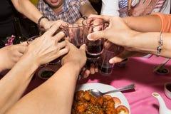 Groupe de vin chinois de grillage pendant la célébration de repas Photo stock