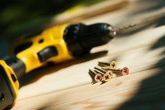 Groupe de vis sur les planches en bois Photos libres de droits