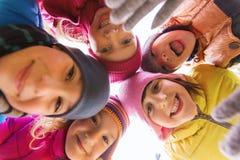 Groupe de visages heureux d'enfants en cercle Photographie stock