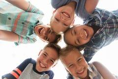Groupe de visages heureux d'enfants en cercle Photo stock