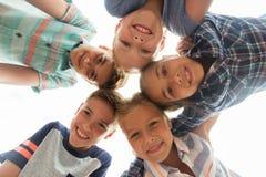 Groupe de visages heureux d'enfants en cercle Images stock