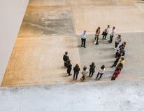 Groupe de visite de Tate Modern se tenant en cercle, vu d'en haut Image libre de droits