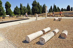 Groupe de visiteurs au site archéologique de la ville romaine d'Italica, Andalousie, Espagne Images libres de droits