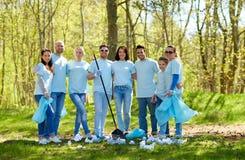 Groupe de volontaires avec des sacs de déchets en parc Photo libre de droits