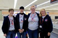 Groupe de volontaires prêts à amener des vétérinaires de WWII au capitol du ` s de pays, aéroport international d'Albany, 2016 Image stock