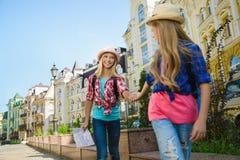 Groupe de voyage d'enfants en Europe Concept de tourisme et de vacances Images libres de droits